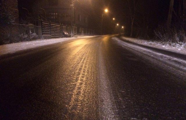 Дорога наче скло: траса Тячів - Тересва в льоду (ВІДЕОФАКТ)