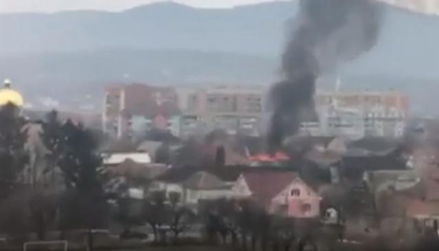 Пожежа у Мукачеві: У мікрорайоні Росвигово горить будівля (ВІДЕО)