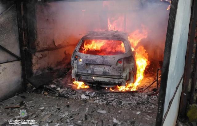 Мешканці будинку в Мукачеві, який згорів, були вдома і не знали, що він палає (ФОТО, ВІДЕО)