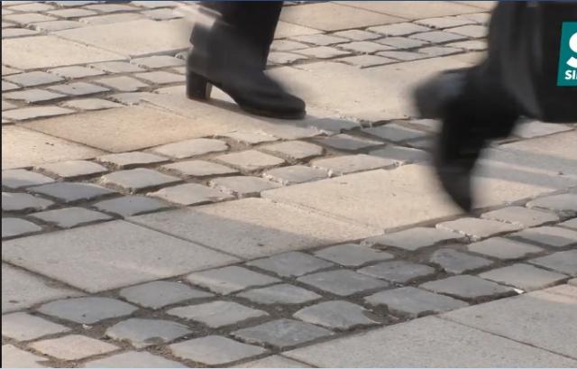 Бруківка хитається, а шляхи провалюються: Дороги в Ужгороді не пережили зиму (ВІДЕО)