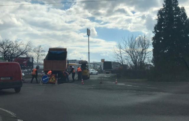 Очевидне неймовірне: У Мукачеві почали латати вулицю Автомобілістів (ФОТОФАКТ)