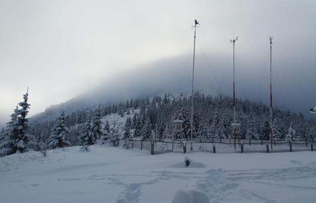 Весною і не пахне: в горах Закарпаття випало майже 2 метри снігу
