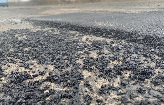 3 дні до приїзду Порошенка: Дорожники поспіхом латають ями у напрямку Хуста (ФОТО)