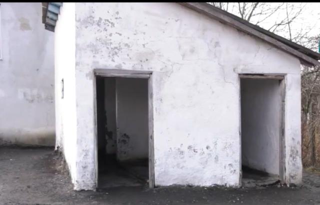 Школярі одної із шкіл Іршавщини жаліються на антисанітарні надвірні туалети (ВІДЕО)