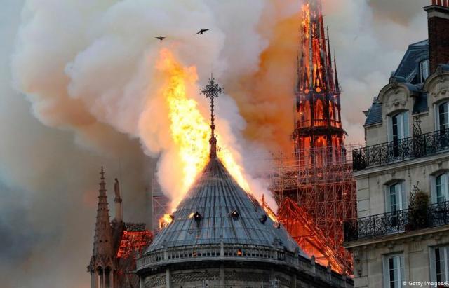 Це не підпал: оприлюднено попередню версію пожежі в Соборі Паризької Богоматері