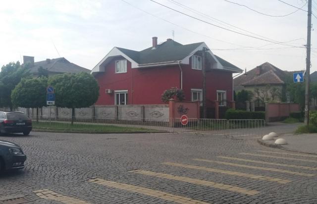 У Мукачеві перекрили одну з вулиць біля парку Перемоги (ФОТО)