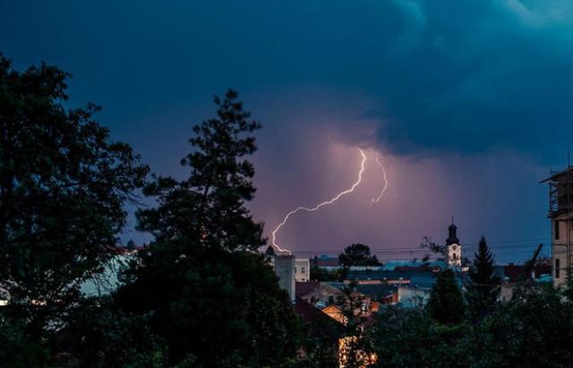 Грози, зливи та шквали: на Закарпатті оголосили чергове штормове попередження
