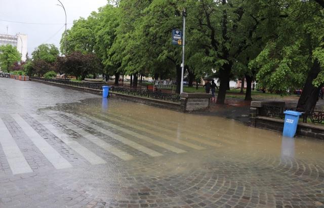 У міськраді Ужгорода пояснили чому затопило пішохідний перехід на площі Петефі (ВІДЕО)