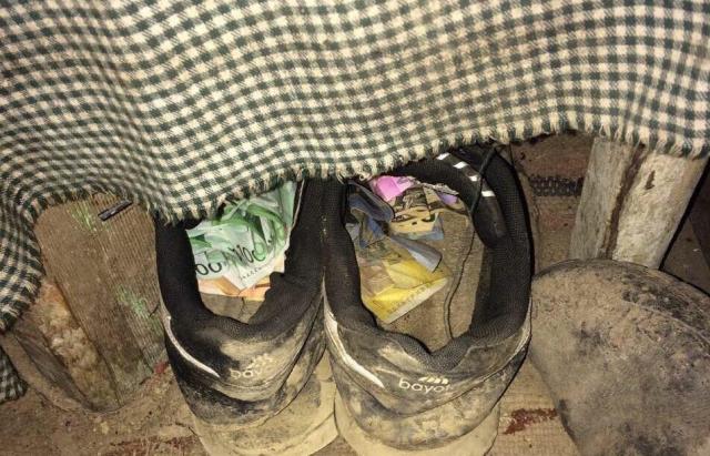 Дорогі кросівки: Чоловік вкрав у пенсіонерів з Рахівщини 1200 євро і сховав їх у взуття (ФОТО)