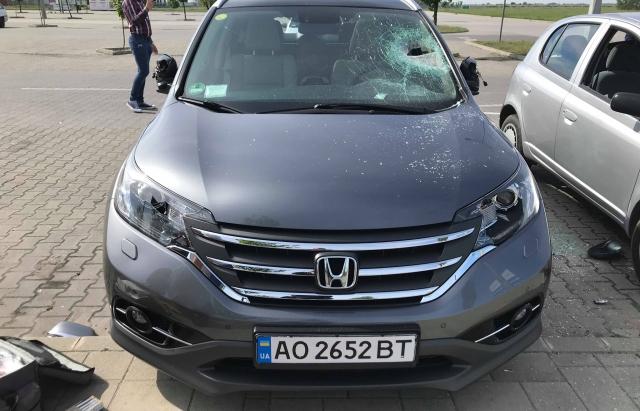В угорському Дебрецені невідомі побили припарковані машини, серед яких авто з Закарпаття (ФОТО)