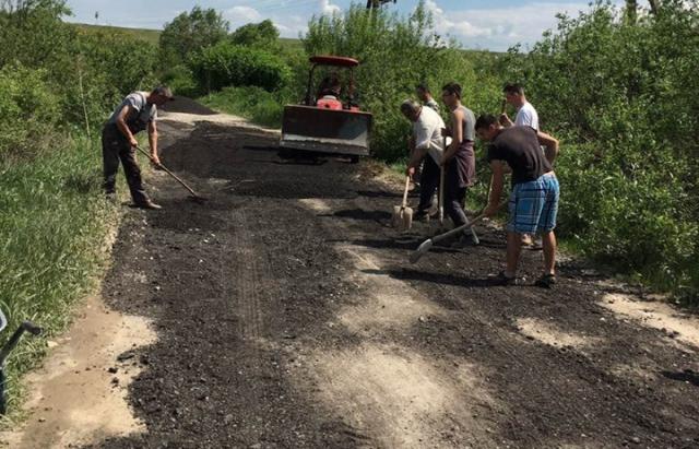 Втомились чекати: Мешканці Гандеровиць на Мукачівщині власноруч роблять собі дорогу (ФОТО, ВІДЕО)