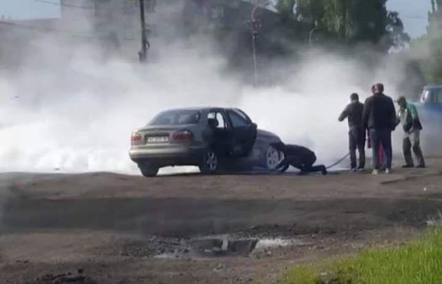 У Берегові на ходу загорілася автівка (ФОТО, ВІДЕО)