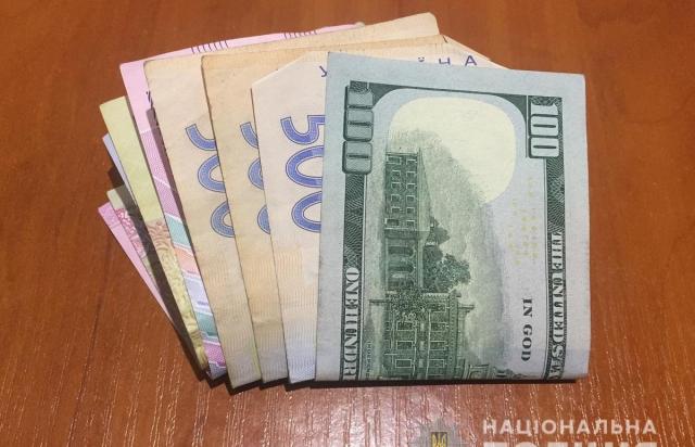 Зайшла і вийшла з грошима: В Іршаві затримали жінку, яка вкрала $200