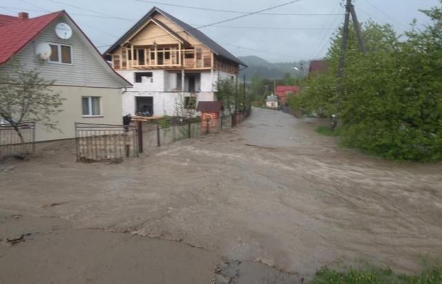 Як Карпати накрила стихія: Підтоплені будинки, зруйновані мости, зсуви дороги (ФОТО, ВІДЕО)