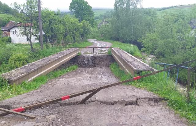 Латориця обвалила бетонний міст на Воловеччині (ФОТО)
