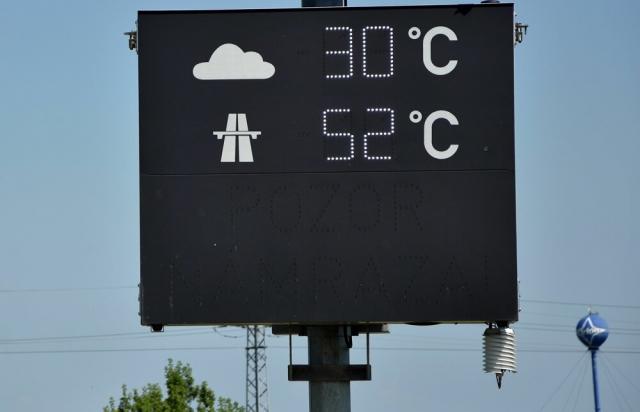 Плавиться асфальт: у сусідів дороги нагрілись до 52 градусів (ФОТОФАКТ)