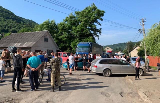 У Виноградові та на Рахівщині обурені мешканці перекрили дороги (ФОТО, ВІДЕО)