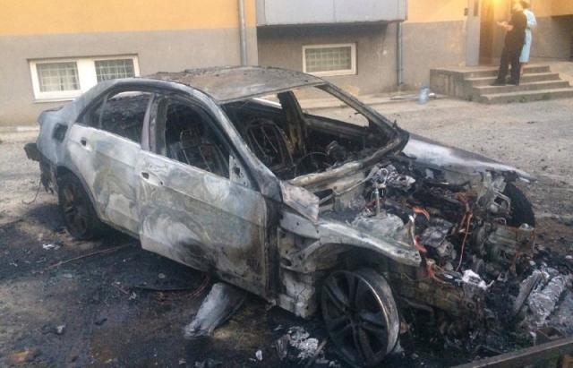 В Ужгороді згорів вщент Mercedes екс-заступника міського голови (ФОТО, ВІДЕО)