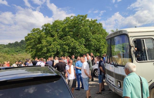 Мешканці Іршавщини перекрили трасу Іршава-Довге. Вимагають продовжити ремонт (ФОТО, ВІДЕО) (Доповнено)