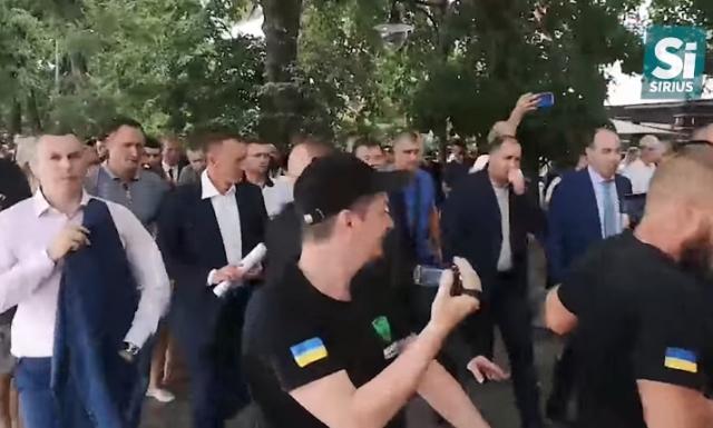 Відео дня: Як Зеленський набережною в Ужгороді гуляв (ВІДЕО)