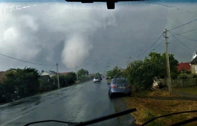 """Відео дня: """"Торнадо"""", який пошкодив сотні будинків у селі Сюрте під Ужгородом"""