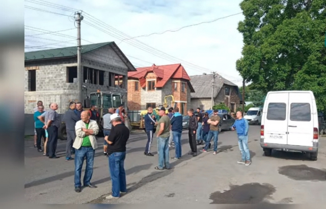 Понад 100 людей перекрили дорогу Тячів-Усть-Чорна (ВІДЕО)