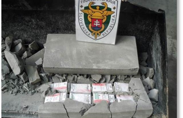 Словаки дивуються, як закарпатські контрабандисти запхали цигарки у тротуарну плитку