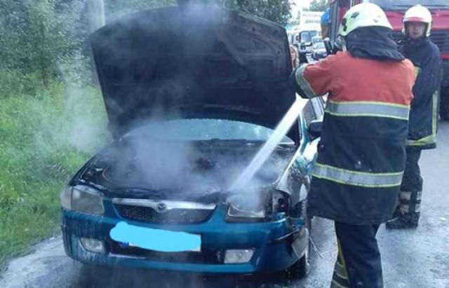 Під Хустом, прямо на ходу, загорілася Mazda на словацьких номерах(ФОТО)