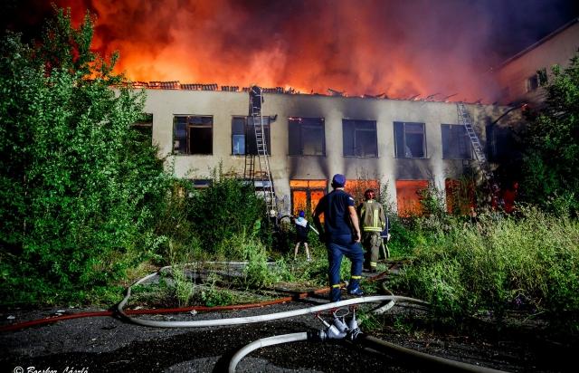 Масштабна пожежа у Берегові: горить закинута школа (ВІДЕО)