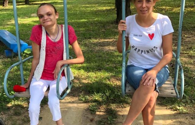 На Ужгородщині жінка з атрофією м'язів в'яже брелки та допомагає людям