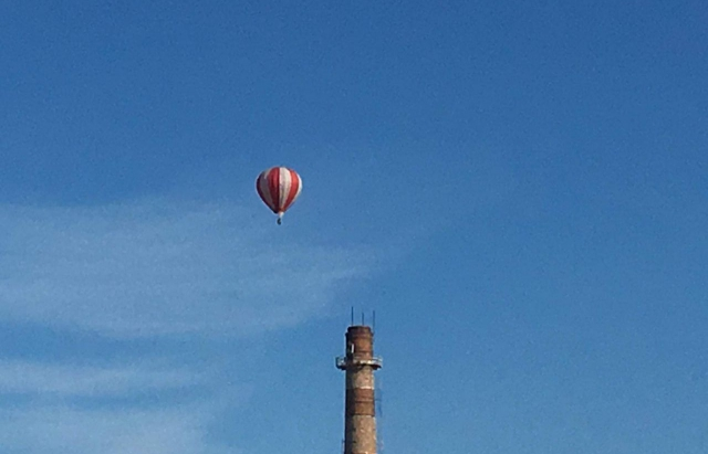 Фото дня: В небі над Мукачевом повітряна куля (ФОТО)