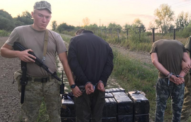 Двоє закарпатців на плечах спробували перенести до Угорщини майже 5 тис. пачок сигарет (ФОТО)