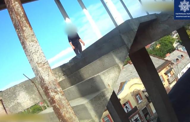 Як патрульні Ужгорода рятували дівчину, яка хотіла стрибнути з даху (ВІДЕО)