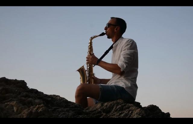 Неймовірне виконання каверів на відомі пісні саксофоністом з Ужгорода (ВІДЕО)