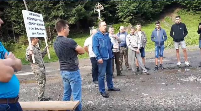 Розгнівані мешканці Тячівщини перекривали дорогу з вимогою негайного ремонту (ФОТО, ВІДЕО)