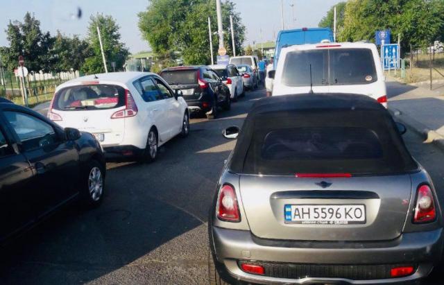 Черги на кордоні з Угорщиною зменшилися, але не зникли: час очікування - 4 години (ФОТО)