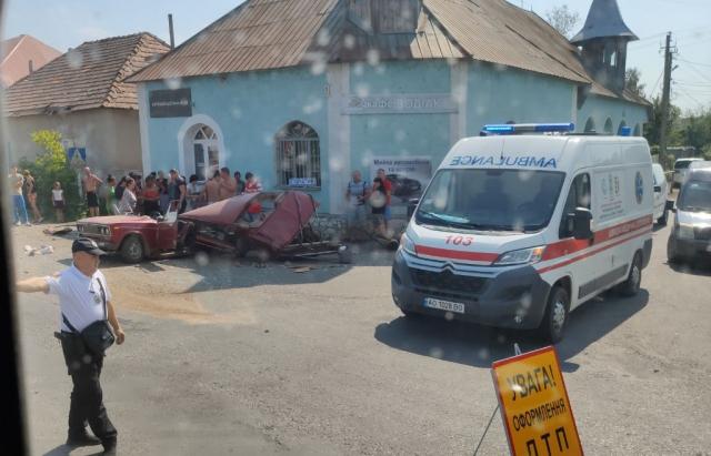 ВАЗ розірвало навпіл: На Іршавщині Жигулі зіткнулось з Mercedes (ФОТО, ВІДЕО)