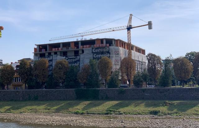 Трагедія на будівництві в Ужгороді: З третього поверху впав молодий робітник (ВІДЕО)