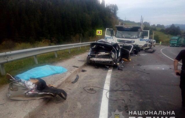 На Львівщині Opel зіткнувся з вантажівкою. Постраждала 25-річна закарпатка (ФОТО)
