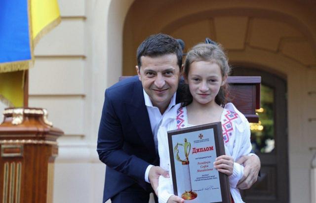 Зеленський відзначив 11-річну закарпатку високою нагородою (ФОТО, ВІДЕО)
