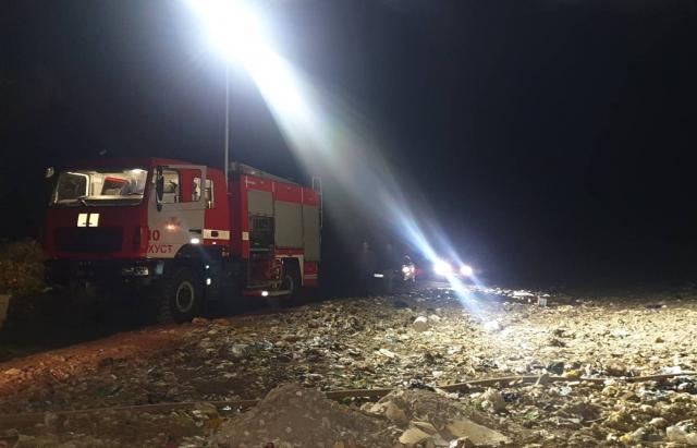 На Хустщині другу добу горить сміттєзвалище. Пожежники працюють в повну силу (ФОТО)