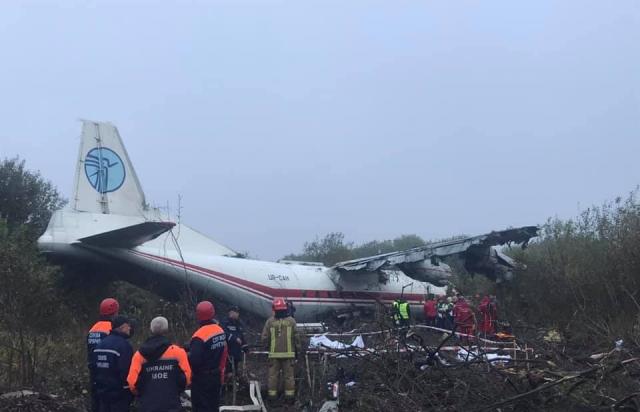 На Львівщині транспортний літак Ан-12 здійснив аварійну посадку. Повідомляють про загиблих (ФОТО)