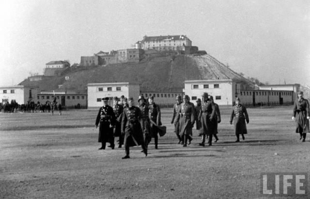 Історичні кадри: ранкова руханка військових під замком Паланок