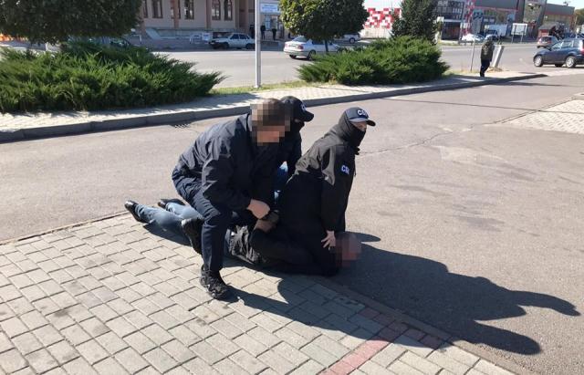 У Мукачеві затримали державного виконавця, який вимагав $ 2 тис хабара (ФОТО)