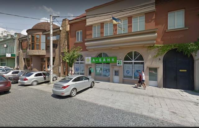 У Мукачеві двоє чоловіків в масках намагались облити зеленкою працівницю банку