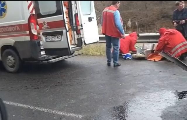 ДТП на Рахівщині: Водій BMW не впорався з керуванням та влетів у відбійник. Подробиці від поліції (ВІДЕО)