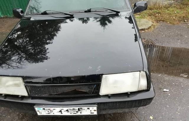 В Ужгороді на стоянці зловмисники розбили автомобіль (ФОТОФАКТ)