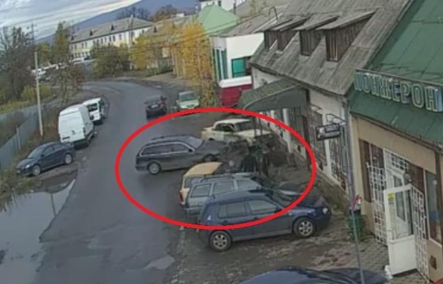 ДТП в Ужгороді: автомобіль на швидкості протаранив 2 припарковані авто (ВІДЕО)