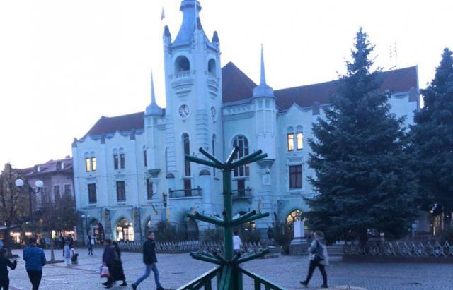 Свято наближається: У Мукачеві почали монтаж Новорічної ялинки (ФОТОФАКТ)