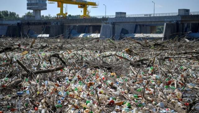 Піде на переробку: В Угорщині з Тиси витягнули 10 000 тонн пластику та сміття (ФОТО)